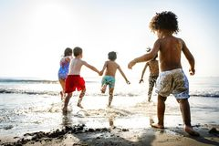 Crianças que têm o divertimento na praia foto de stock