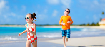 Crianças que têm o divertimento na praia imagens de stock