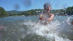 Crianças que têm o divertimento no mar junto vídeos de arquivo