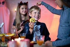 Crianças que têm o divertimento no partido de Dia das Bruxas fotografia de stock royalty free
