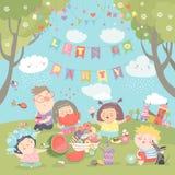 Crianças que têm o piquenique no gramado Imagem de Stock