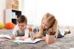 Crianças que tiram dentro Aprendizagem e jogo foto de stock