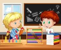 Crianças que trabalham na sala de aula Fotografia de Stock Royalty Free