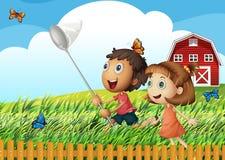 Crianças que travam borboletas no campo Imagens de Stock Royalty Free