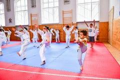 crianças que treinam o karaté foto de stock