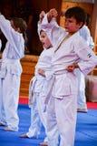 crianças que treinam o karaté fotos de stock