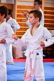 crianças que treinam o karaté foto de stock royalty free
