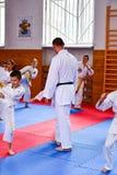 crianças que treinam o karaté fotografia de stock
