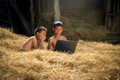 Crianças que usam o computador portátil Fotos de Stock Royalty Free