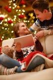 Crianças que usam a tabuleta digital no dia de Natal imagens de stock