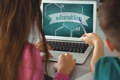 Crianças que usam um computador com ícones da escola na tela Imagem de Stock Royalty Free