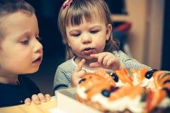 Crianças que vão comer um bolo Fotografia de Stock
