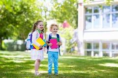 Crianças que vão para trás à escola, começo do ano Foto de Stock Royalty Free