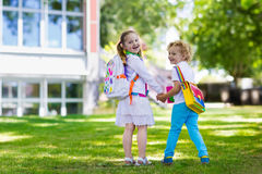 Crianças que vão para trás à escola, começo do ano Imagens de Stock Royalty Free