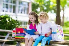 Crianças que vão para trás à escola, começo do ano Fotografia de Stock