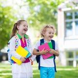 Crianças que vão para trás à escola, começo do ano Fotografia de Stock Royalty Free