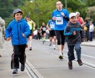 Crianças Running na ponte de Palackého durante um PIM Foto de Stock