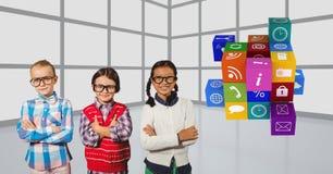 crianças seguras que estão os braços cruzados por ícones Fotos de Stock