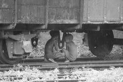 crianças sob o trem Foto de Stock Royalty Free