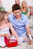 Crianças surpreendidas com assento das caixas de presente Fotografia de Stock Royalty Free