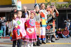 Crianças tailandesas no traje tradicional na parada chinesa do ano novo do LA foto de stock