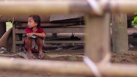 Crianças tristes na jarda video estoque