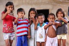 Crianças venezuelanas que mostram os polegares acima imagens de stock royalty free