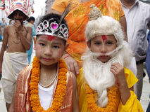 Crianças vestidas como deuses hindu em Gai Jatra (o festival das vacas) Fotos de Stock