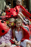 Crianças vestidas como os joaninhas que sentam-se no carro retro Imagem de Stock Royalty Free