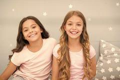 Crian?as das meninas com cabelo encaracolado longo Conceito do partido de pijamas As meninas apenas querem ter o divertimento Seg imagem de stock royalty free