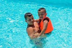 Crian?as felizes na piscina imagens de stock