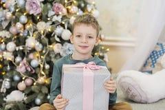 Crian?a bonito que prepara-se em casa para a celebra??o do xmas O conceito do Natal e do ano novo fotos de stock