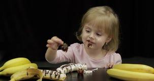 A crian?a come a banana, a morango com chocolate derretido e o chantiliy filme