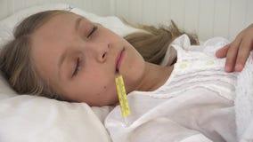 Crian?a doente na cama, crian?a doente com term?metro, menina no hospital, medicina dos comprimidos