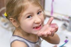 A criança pequena bonito apenas perdeu o primeiro dente de leite fotos de stock