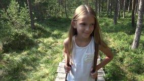 Crian?a que anda na floresta, natureza exterior da crian?a, menina que joga na aventura de acampamento vídeos de arquivo