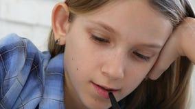 Crian?a que estuda na tabuleta, menina que escreve na turma escolar, aprendendo fazendo trabalhos de casa