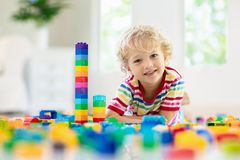 Crian?a que joga com blocos do brinquedo Brinquedos para mi?dos fotos de stock