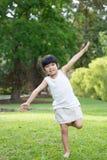 Criança asiática pequena no parque Fotos de Stock
