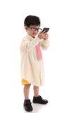 Criança asiática pequena que finge ser homem de negócios Imagem de Stock