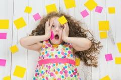 Criança chocada com etiquetas vazias em seu corpo Esforço do estudo Imagens de Stock