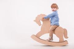 Criança com o cavalo do brinquedo Imagens de Stock Royalty Free