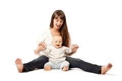 Criança com sua mãe Mamã com o bebê em seus braços Abraço da família Bebê Fotografia de Stock Royalty Free