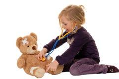 Criança com um estetoscópio como um doutor. Pediatra Fotografia de Stock
