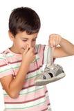 Criança com um nariz abafado que toma uma sandália Imagem de Stock Royalty Free