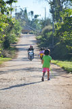 A criança corre na estrada na cuba Berk de Phu, Petchabun, Tailândia Imagens de Stock