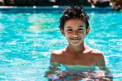 Criança da criança do menino oito anos de dia brilhante do divertimento feliz interno velho do retrato da piscina Fotografia de Stock Royalty Free