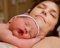Criança da mãe e do infante que descansa após a entrega Fotos de Stock Royalty Free