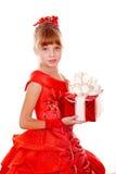 Criança da menina no vestido vermelho com caixa de presente. Imagens de Stock Royalty Free