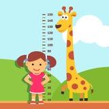 Criança da menina que mede sua altura na parede do jardim de infância Imagens de Stock Royalty Free